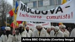 """9 februarie 2005, protestul studenţilor Blocului Moldova Democrată, prin care au fost """"condamnate"""" procesele politice"""