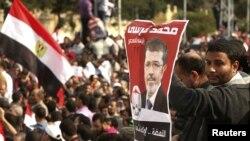 Pristalice egipatskog predsednika Mohameda Morsija sa plakatom sa njegovim likom