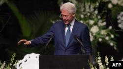 بیل کلینتون، رییس جمهوری آمریکا در حال سخنرانی در مراسم یادبود محمد علی.