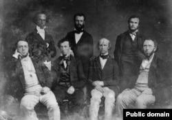 Редколлегия New York Daile Tribune. Сидит второй слева - Бейярд Тэйлор, справа от него – Хорас Грили. Между ними стоит Чарльз Дана. Между 1844 и 1860