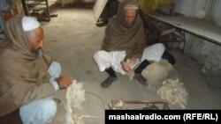 د جلال آباد زندان کې بندیان مالوچ یا پنبه ورېښي.