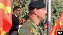 Министерот за одбрана Фатмир Бесими говори на церемонијата во Воената академија во Скопје, кога питомците дадоа свечена заклетва.