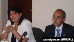 Նախկին ազատամարտիկ Ժորա Աթոյանն ու իր փաստաբանը դատարանի դահլիճում: 14-ը սեպտեմբերի, 2011թ.