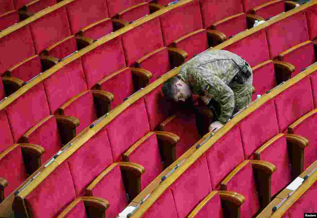 A servicemen of the Ukrainian security services checks parliament before a session in Kyiv. (Reuters/Gleb Garanich)