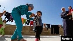 Сириялық босқындар мен олардың балалары. Сирия, 28 қазан 2013 жыл.