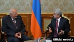 Президент Армении Серж Саргсян (справа) принимает председателя Конституционного суда Чехии Павла Рихетски, Ереван, 2 июня 2015 г.