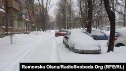 Один із засніжених дворів Києва