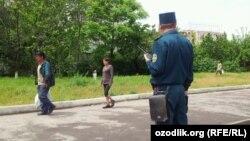 Сотрудник ташкентской милиции наблюдает за прохожими.
