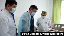 Президент Сооронбай Жээнбеков посетил раненых пограничников.