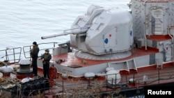 سربازان روسی بر روی عرشه کشتی «ترنپول» که از اوکراین به غنیمت گرفتهاند.
