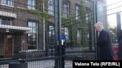 Jakup Krasnići ulazu u zgradu suda, Hag