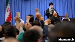 Иранның рухани көсемі аятолла Әли Хаменеидің жиында сөйлеп отырған сәті. 25 маусым 2016 жыл.