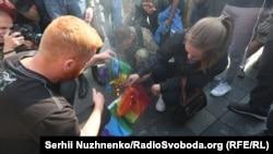 Противники Маршу рівності палять символічний прапор ЛГБТ-спільноти