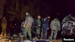 Військові сирійської армії інспектують місце обстрілу у Дамаску 21 лютого