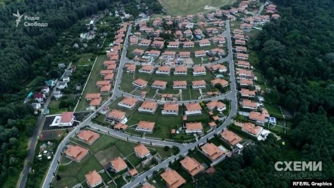 Примітно, що на той момент президент мешкав за 50 кілометрів звідти, в селищі Іванковичі – зовсім в іншому заміському напрямку