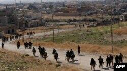 """Курдские отряды """"пешмерга"""" на подступе к населенному пункту в Ираке. Синджар, 11 ноября 2015 года."""