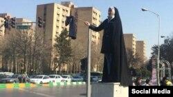 Іранська жінка протестує проти хіджабів в Машшаді, 31 січня 2018 року