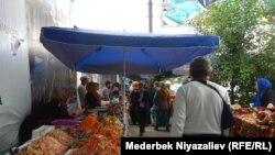 Ош шаарындагы ифтар базары чоң жолдун боюна жайгашкан.