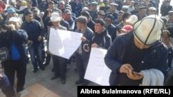 По словам участников акции, поводом для их пикета стали слова президента КР Алмазбека Атамбаева. Талас, 29 октября 2017 г.