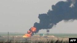 دخان يتصاعد من حقل خباز النفطي العراقي بعد تعرضه لهجوم داعش - 2 شباط 2015