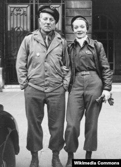 Jean Gabin II Dünya müharibəsində Marlene Dietrichlə birlikdə.