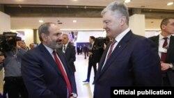 Встреча премьер-министра АрменииНикола Пашиняна (слева) и президента Украины Петра Порошенко, Давос, 24 января 2019 г․