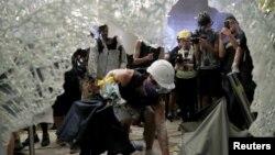 Уборка сломанного стекла после штурма здания Законодательного совета протестующими, 1 июля 2019 г.