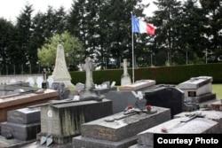 Французький прапор над могилами загиблих у Другу світову війну бійців Іноземного легіону та військовополонених, серед яких були й українці. Франція, 8 травня 2016 року