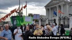 Граѓани се собираат пред Владата за да учествуваат на најавениот марш.