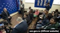 Российский и.о. главы Севастополя Михаил Развожаев (слева) на встрече с «иностранными журналистами»