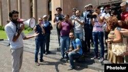 Акция протеста перед мэрией Еревана, август 2013 г․