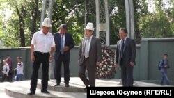 Премьер-министр Кыргызстана Жанторо Сатыбалдиев (второй справа) принимает участие в памятных мероприятиях по жертвам Июньских событий. 10 июня 2013 года.