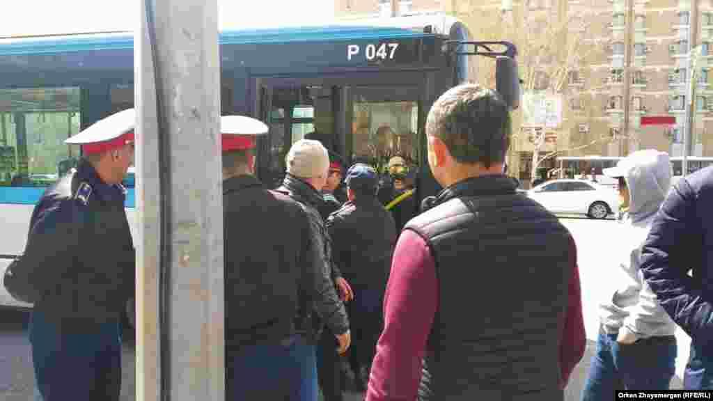 Полицейские заводят в автобус задержанных участников протеста. Нур-Султан, 1 мая 2019 года.