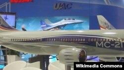 """В 2010 году Россия представила в Фарнборо модель самолёта MC-21. В 2017 году ожидался выпуск первого """"серийного"""" самолёта."""