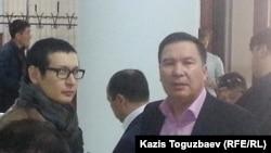 Гражданский активист Серикжан Мамбеталин (справа) в фойе Алматинского городского суда. Алматы, 29 марта 2016 года.