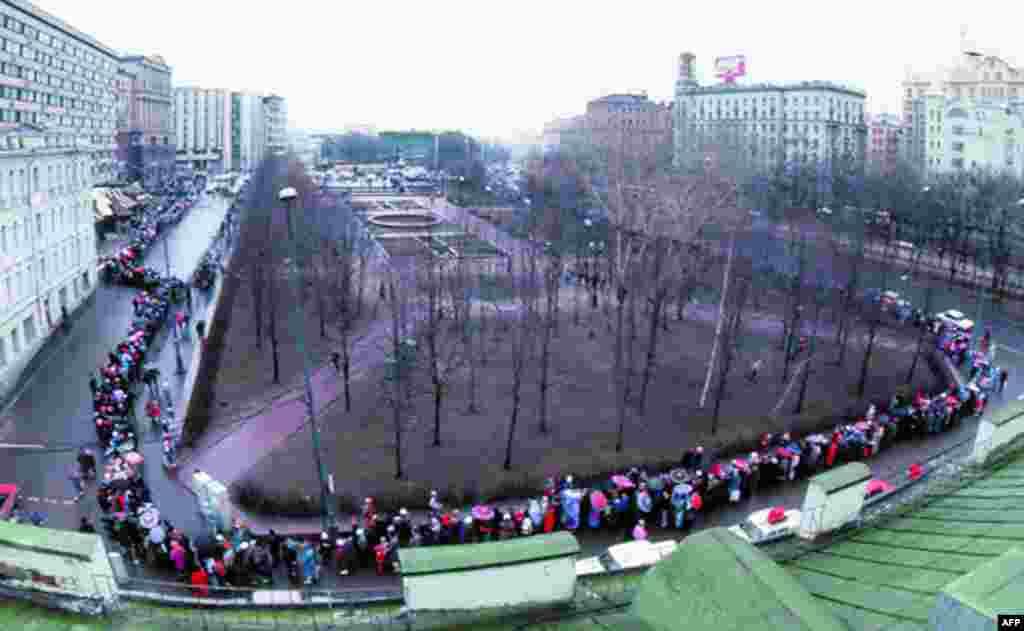 Не, това не е жива верига около Пушкинския площад. Опашката обикаля целия парк. Чакането отнема няколко часа. А навън е московска зима.