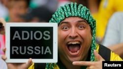 """Зритель на стадионе """"Маракана"""" в Бразилии держит табличку с надписью: """"Прощай, Россия"""" - перед матчем между сборными России и Бельгии. Рио-де-Жанейро, 22 июня 2014 года."""