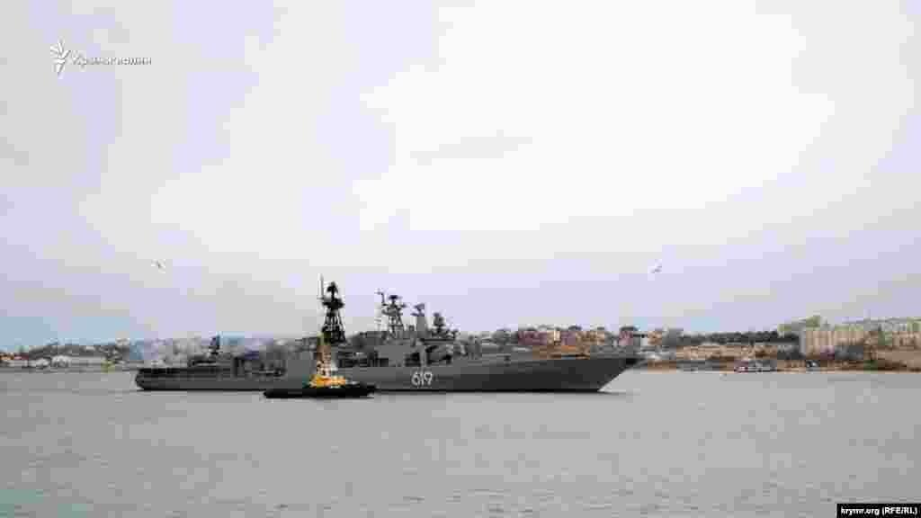 Как боевой корабль России заходил в Севастополь, можно увидеть тут