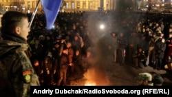 На Майдане Независимости зажгли покрышки. 21 ноября 2016 года
