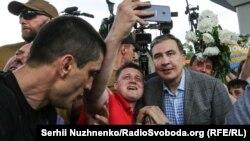Саакашвили спрашивает мнения своих сторонников, идти ему вместе с партией Кличко на выборы или нет