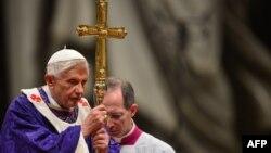Papa gjatë meshës publike në Bazilikën e Shën Pjetrit, 13 shkurt 2013.