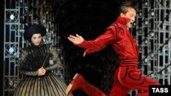 """Светлана Илюхина (Флореда) и Антон Шагин (Альдемаро) в комедии Лопе де Вега """"Учитель танцев"""". Театр Ленком, Москва."""