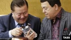 Депутаты Госдумы РФ Федот Тумусов и Иосиф Кобзон на пленарном заседании обсуждают качество водки