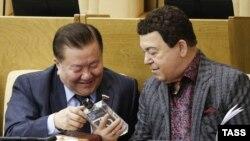 Duma deputatları Fedot Tumusov və Iosif Kobzon araq şüşəsinə baxırlar