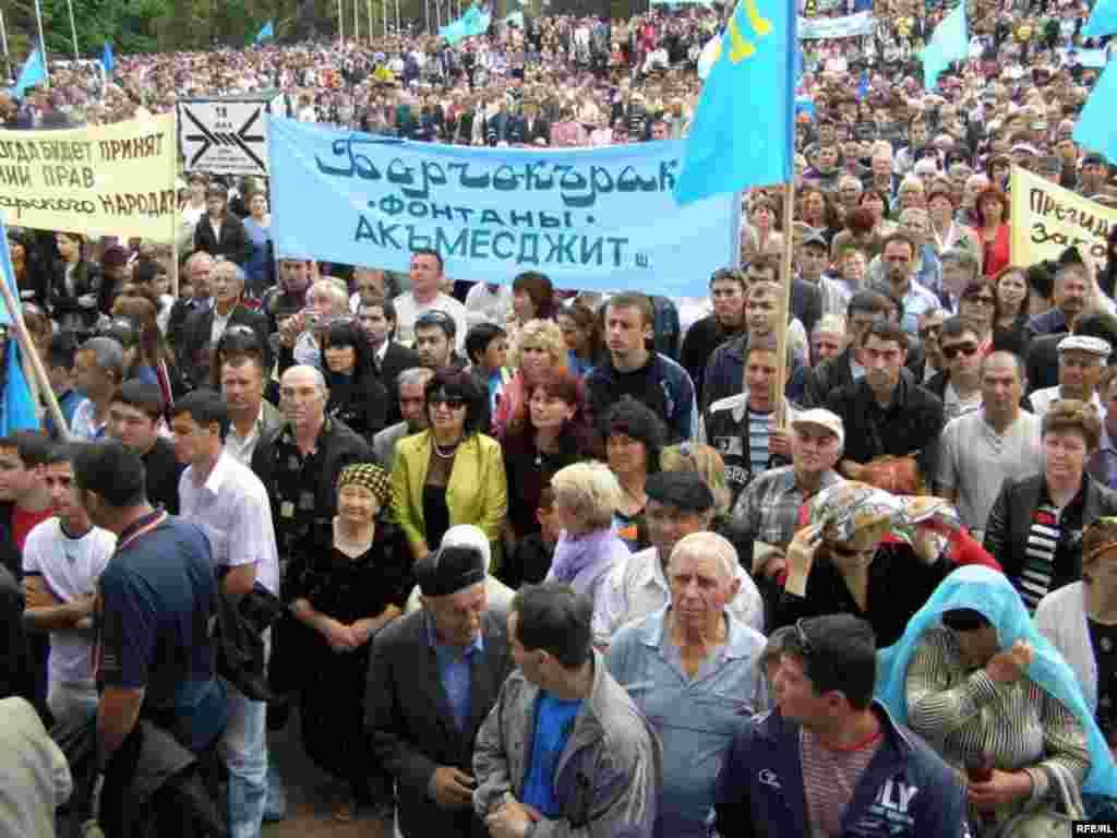 Митинг в День памяти жертв депортации крымскотатарского народа из Крыма на центральной площади Симферополя, 2010 год