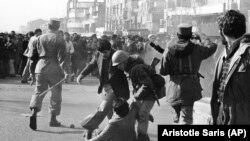ჯარისკაცი ცდილობს წამოაყენოს დემონსტრანტი, რომელიც შეხლა-შემოხლის დროს არმიის ოფიცერმა სცემა ჯოხით. 1979 წლის 14 იანვარი.