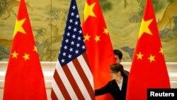 Flamuri amerikan dhe ai kinez.