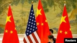 Флаги Китая и США.