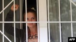 Активистка движения Femen Оксана Шачко за зарешеченным окном в здании суда в Киеве. 28 июля 2013 года.