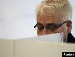 Predsjednik Hrvatske Ivo Josipović glasa na izborima, Zagreb, 4. prosinac 2011.